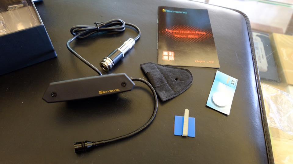 開箱內容物:拾音器本體、外環扣套(不想打洞者 外掛使用)、說明書、整線扣環與電池一顆。