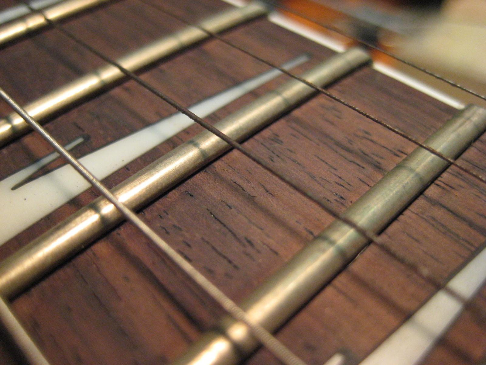 吉他弦一下就生鏽讓你煩惱嗎~今天來聊聊超耐用的『覆膜弦』~
