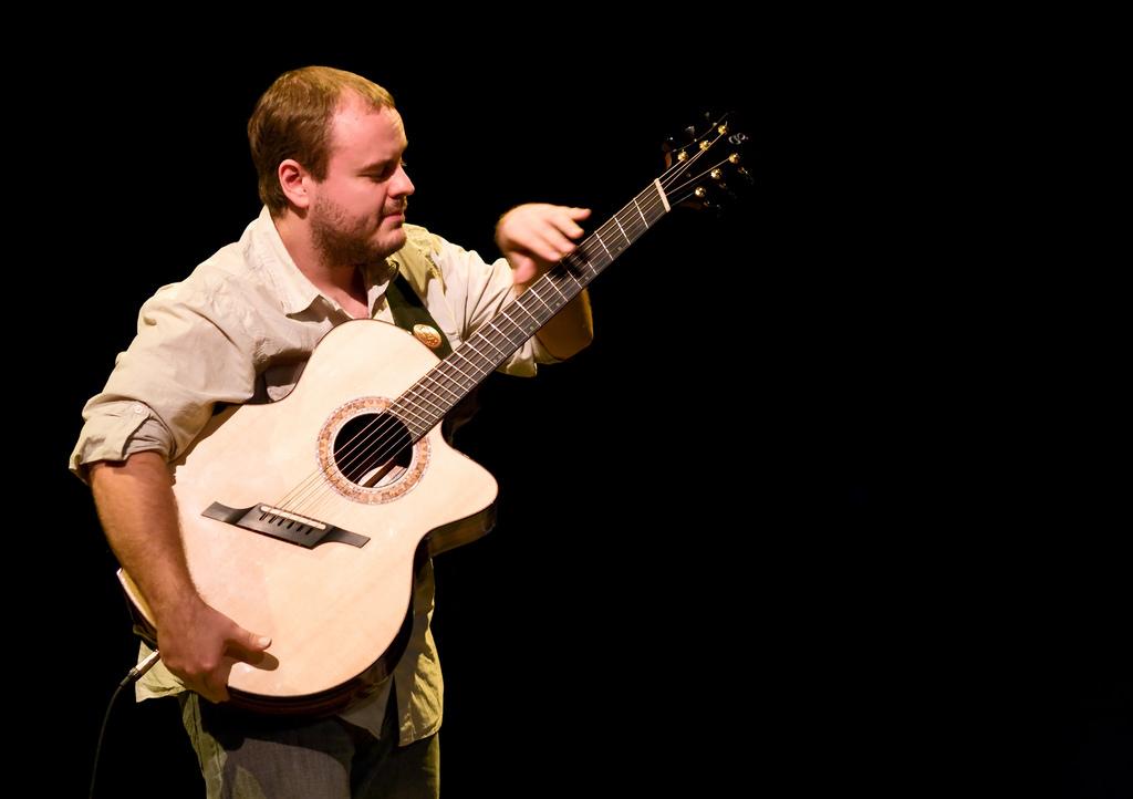 身為吉他手,為何你應該擁有一把扇狀指板(Fan Fret)吉他?